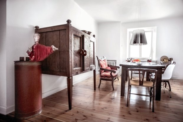 Chi�ski kabinet, st� z litego, egzotycznego  drewna z Indonezji, obok sofa biedermeier i kolekcja krzese�  m.in. projektu Hansa J. Wegnera (model nr 24) oraz Charlesa i Ray Eams�w (DSR), oba z 1950 roku.