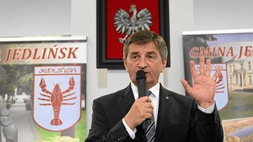 Marszałek Sejmu Marek Kuchciński wizytuje Jedlińsk koło Radomia. Na spotkanie przyszli zwolennicy i przeciwnicy partii rządzącej.