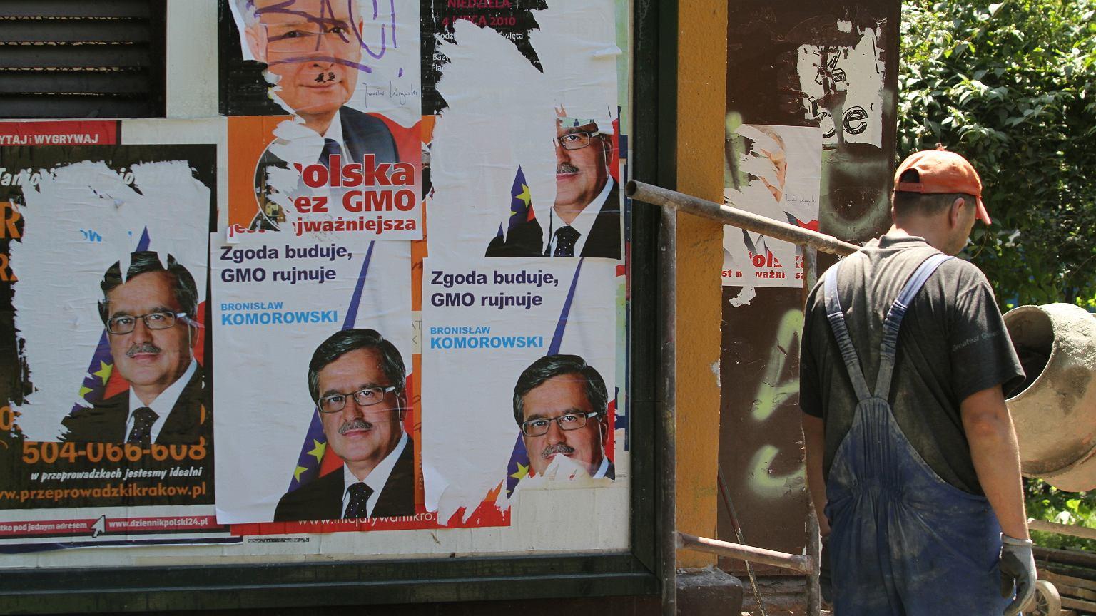 Podrobione przez Greenpeace plakaty podczas prezydenckiej kampanii wyborczej w 2010 r.
