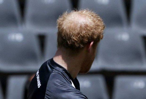 Książę Harry gra w piłkę nożną, a tymczasem... O nie ...