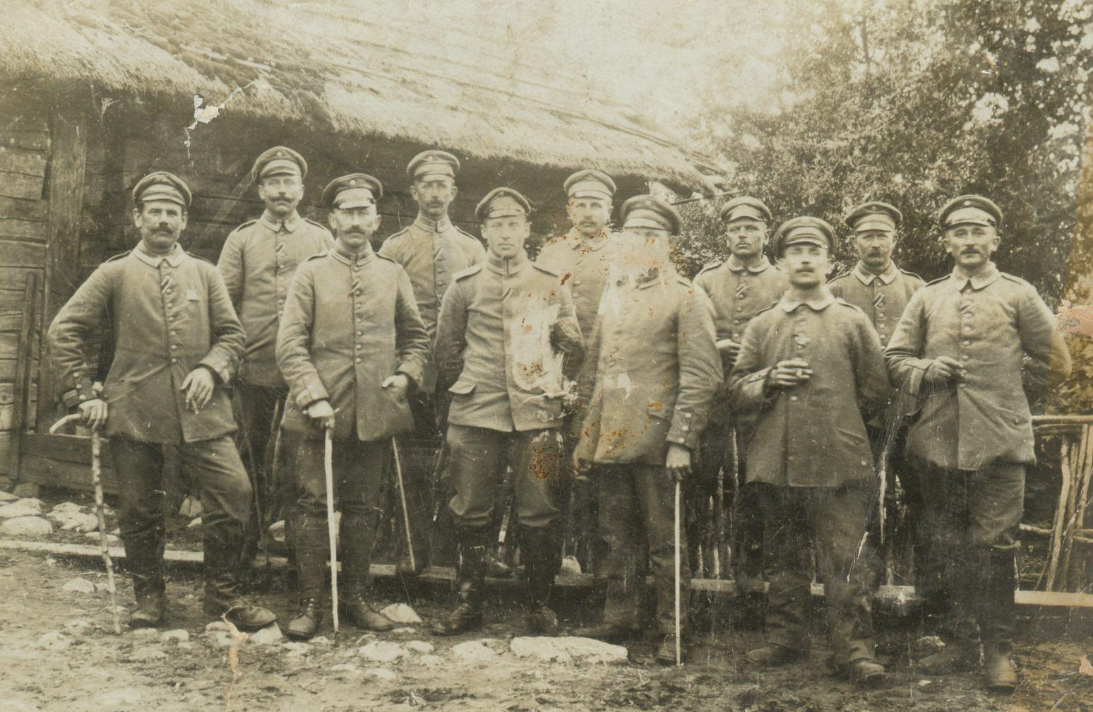 Podoficerowie Lanwehr-Infanterie-Regiment 61 ze składu 85. Landwehr-Division odznaczeni Krzyżami Żelaznymi za walki podczas kampanii letniej 1915 roku na froncie wschodnim. Drugi z prawej to Jacob Murawski (pradziadek Marka Murawskiego). W środku - dowódca pułku, Oberstleutnant Kurt Feldtkeller, właściciel majątku Kleefelde (Koniczynka pod Toruniem), póżniej - w okresie międzywojennym Przewodniczący Rady Nadzorczej Cukrowni Chełmża i pracodawca mojego pradziadka Marka Murawskiego, który zajmował w jego majątku stanowisko Stallmeister, czyli masztalerz (fot. archiwum prywatne)