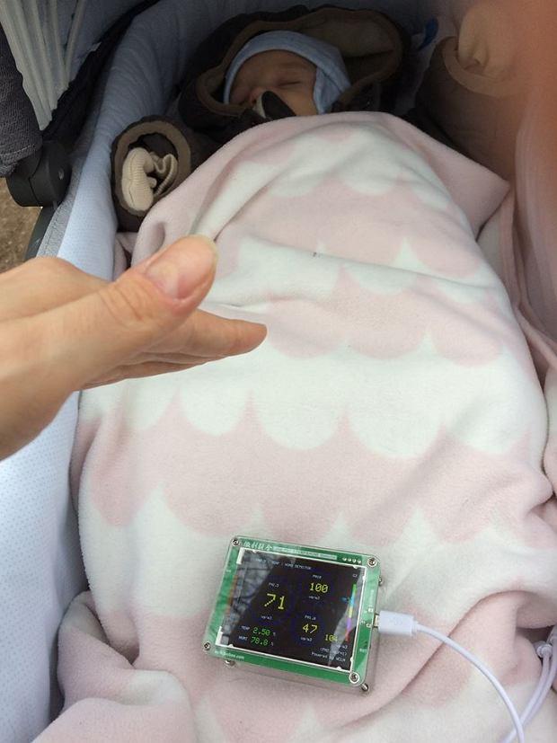 Marta pokazała na swoim Facebooku zdjęcie z miernikiem zanieczyszczenia powietrza umieszczonym w wózku.