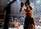 Hala Urania w Olsztynie. Gala ACB mieszkanych sztuk walki. Na zdjęciu Rosjanin, Dmitrij Szestakow, który chwilę wcześniej ciężko znokautował kopnięciem w głowę Mansura Aszakhanova, opatrywanego właśnie przez ratowników medycznych