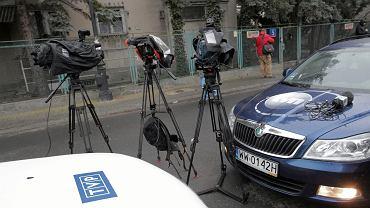 Dziennikarze przed domem wdowy po gen. Wojciechu Jaruzelskim w Warszawie, gdzie cały poniedziałek trwało przeszukanie IPN. W nocy wyniesiono stamtąd 17 pakietów dokumentów różnej objętości