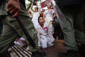 Krwawe szaty Kambod�y: pracownicy zak�ad�w odzie�owych gin� od kul w protestach o godne warunki pracy