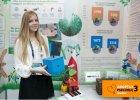 Monika Leo�czyk prezentuje budk� dla trzmieli
