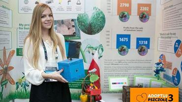 Monika Leończyk prezentuje budkę dla trzmieli
