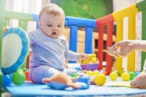 Kojec dla dziecka - uczy samodzielności, ale ma też wielu przeciwników
