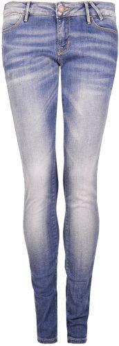 83e1801b7258e Wyprzedaż marki Guess - te ubrania i dodatki kupisz teraz sporo taniej!