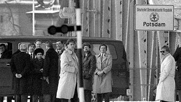 Na moście Gilenicke na Haweli łączącym Poczdam z Berlinem odbywały się wymiany szpiegów. Na zdjęciu wymiana w lutym 1986 r. za radzieckiego szpiega przeszedł radziecki dysydent Anatolij Szarański (w futrzanej czapce z lewej