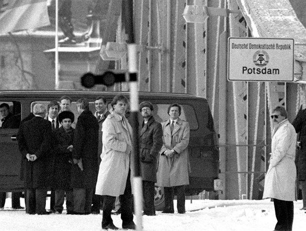 Na moście Gilenicke na Haweli łączącym Poczdam z Berlinem odbywały się wymiany szpiegów. Na zdjęciu wymiana w lutym 1986 r. za radzieckiego szpiega przeszedł radziecki dysydent Anatolij Szafrański (w futrzanej czapce z lewej