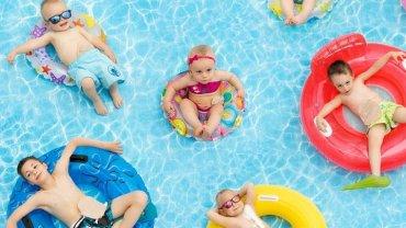 """Odwa�ne """"kangurki"""" - dzieci ze stomi� - pokazuj� na zdj�ciach: Bawimy si� jak inni: pi�k�, w basenie, na rolkach..."""