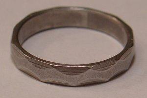 Ka�dy in�ynier w Kanadzie dostaje taki pier�cie�. Ma on przypomina� o czym� bardzo wa�nym