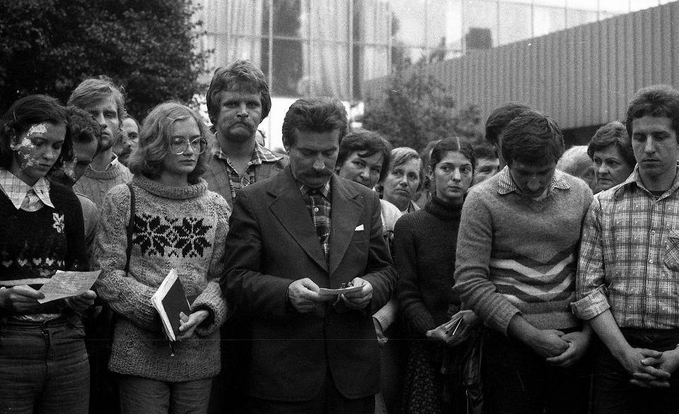 Magdalena Modzelewska, Lech Wałęsa i Bożena Rybicka przed Bramą nr 2 Stoczni Gdańskiej im. Lenina podczas jednego z nabożeństw w sierpniu 1980 r.