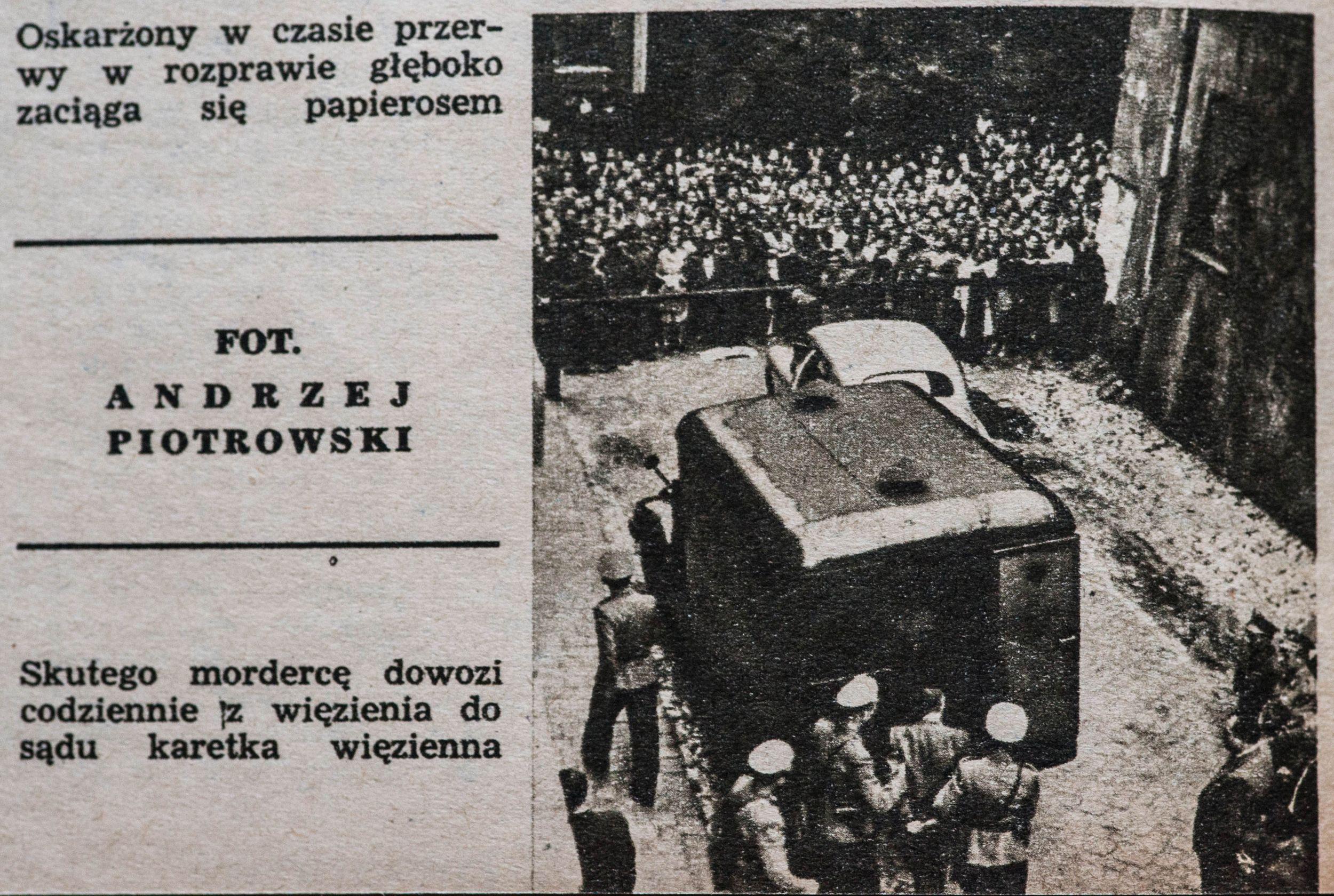Dwa razy dziennie więzienna karetka, eskortowana przez milicyjny radiowóz i motory, przejeżdża przez centrum Krakowa, by zawieźć Mazurkiewicza na rozprawę, a następnie przetransportować go z powrotem do aresztu, zdjęcie prasowe z 1956 roku (fot. zdjęcie archiwalne / Adam Tuchliński)