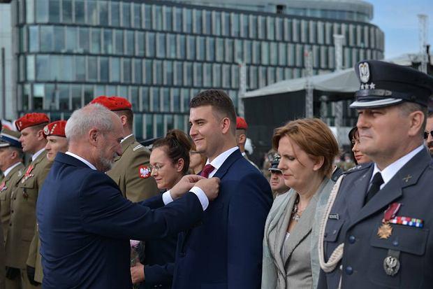Bartłomiej Misiewicz odbiera odznaczenie