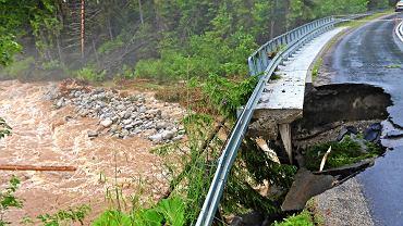 Zakopane, Podhale. Wyrwane fragmenty dróg, znacznie podniesiony stan wód w górskich rzekach - to skutki nocnych podtopień, które w nocy usuwała straż pożarna