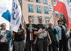 Rynek odzieży i gadżetów patriotycznych to w Polsce biznes wart miliony