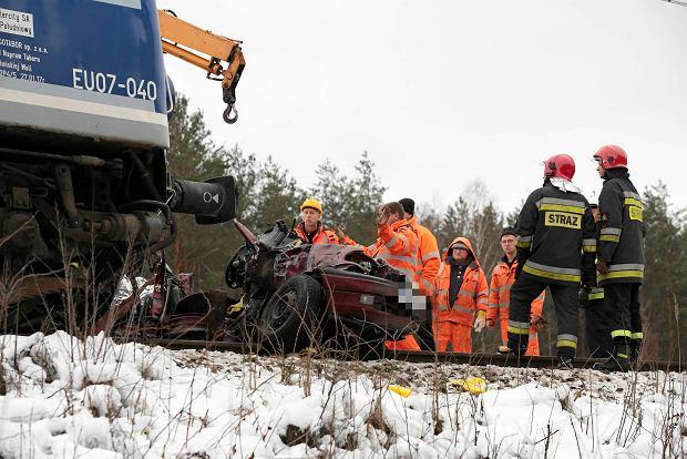 Rudki. Wypadek na przejeździe. Samochód wjechał w pociąg relacji Kołobrzeg - Kraków. Nie żyją dwie kobiety [AKTUALIZACJA, ZDJĘCIA]
