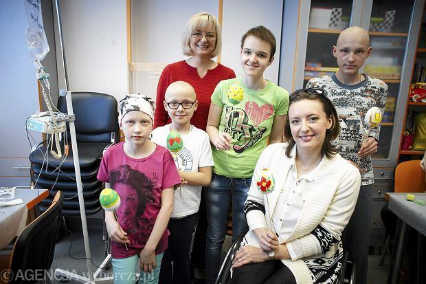 Monika Kuszyńska i dzieci chore na nowotwory maluja pisanki w szitalu dziecięcym w Lodzi