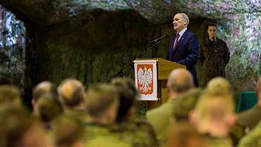 Minister obrony w rządzie PiS Antoni Macierewicz podczas gospodarskiej wizyty w 3. Podkarpackiej Brygadzie Obrony Terytorialnej w Rzeszowie, 24 listopada 2016