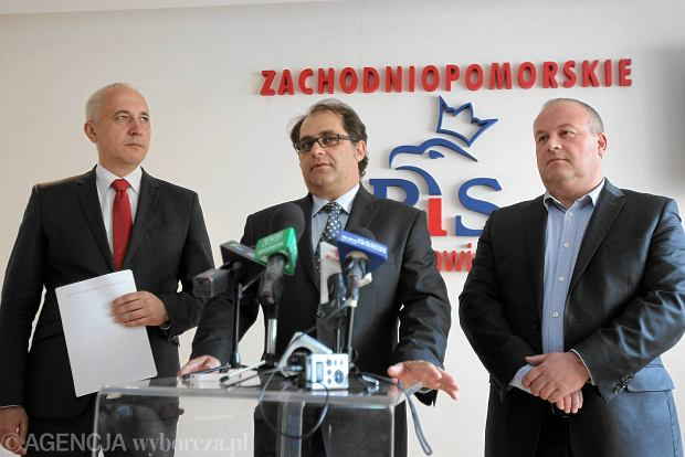 Konferencja prasowa w siedzibie PiS: poseł Joachim Brudziński, europoseł Marek Gróbarczyk, radny Artur Szałabawka