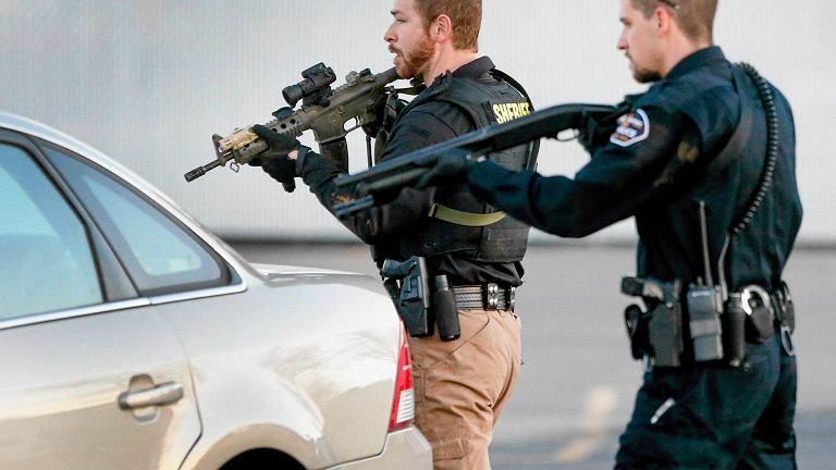 Policja na parkingu przed Excel Industries w Hesston, Kansas, USA