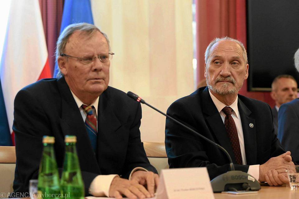 15 września, konferencja podkomisji smoleńskiej. Na zdjęciu jej przewodniczący Wacław Berczyński i minister Antoni Macierewicz