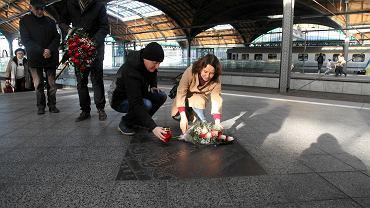 Zbyszek Cybulski zginął podczas zdjęć do filmu 'Morderca zostawia ślad'. 21 lat temu na peronie trzecim Dworca Głównego wmurowano upamiętniającą aktora tablicę