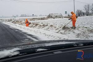 """""""No i co z tego, że zima"""". Kierowcy przecierają oczy ze zdumienia na widok kosiarzy w śniegu"""
