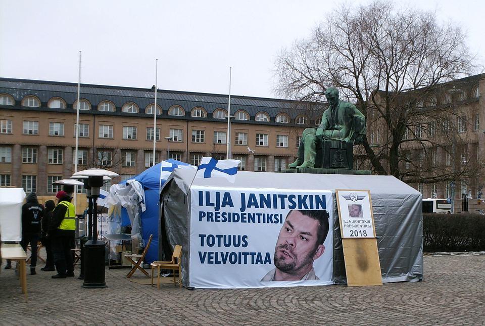 Banner zwolenników Janitskina z napisem o 'wierności prawdzie'