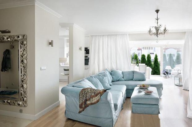 Salon. Kanapa, puf i stolik (Livingroom by Mebelplast), podłoga z bielonego dębu podgrzewana tak jak w całym mieszkaniu