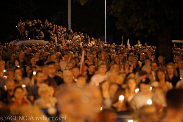 Zdjęcie numer 109 w galerii - Tłumy przed Sądem Okręgowym w Łodzi. Kolejny dzień protestów przeciwko zmianom PiS w sądownictwie [ZDJĘCIA]