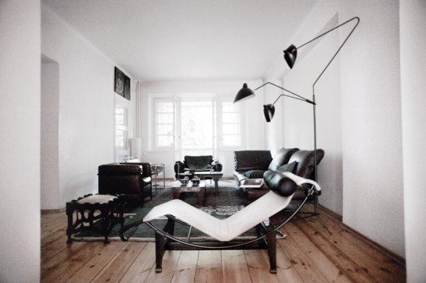 """Kultowy szezlong - słynna """"maszyna relaksu"""", czyli model LC4. Projekt Le Corbusiera, Pierre'a Jeannereta i Charlotte Perriand. Fotel B3 Wassily Marcela Breuera z 1925 r. Pośrodku chińskie stoliki ze starą porcelaną. Trójramienna lampa Serge'a Mouille'a z 1952 r."""