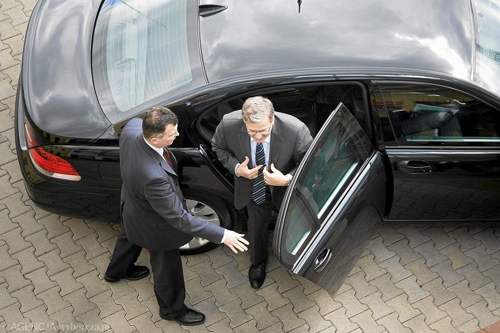 Bronisław Komorowski (tu jako p.o. prezydenta) wysiada z limuzyny (fot. Marcin Onufryjuk/AG)