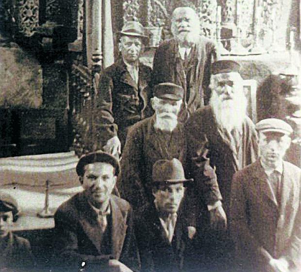 Żydzi na tle świętej arki (aron ha-kodesz) w synagodze w Kurowie przed 1939 r.