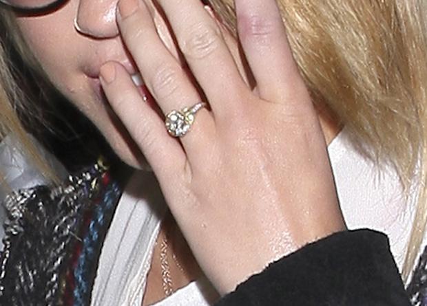 Miley Cyrus Pokazuje Pierścionek Zaręczynowy I Stanik