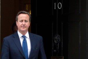 Cameron uderza we Francj�: Sprzedaj� bro� Rosji, nie do pomy�lenia! A sam licencjonuje...