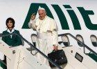 Papie� sam d�wiga� baga� do samolotu. Franciszek uda� si� na pielgrzymk� do Ziemi �wi�tej