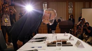 Tetsuo Yukioka z władz Tokijskiego Uniwersytetu Medycznego kłania się składając przeprosiny