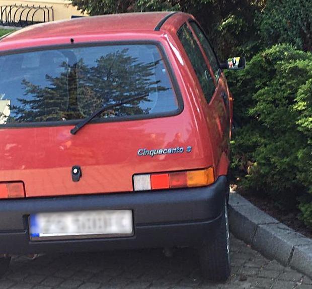 Poseł PiS zaparkował w krzakach