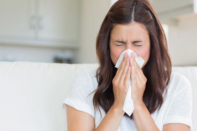 Za zapalenie błon śluzowych, a w konsekwencji za pojawienie się kataru odpowiadają różnego typu infekcje, ale nie tylko