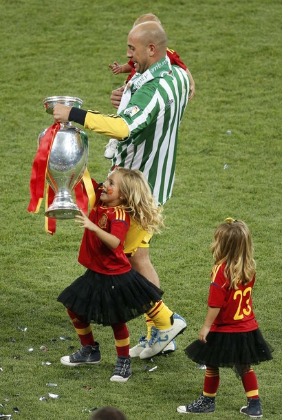 Spain's Pepe Reina holds up the trophy with children after defeating Italy to win the Euro 2012 Euro 2012 final soccer match at the Olympic stadium in Kiev, July 1, 2012.       REUTERS/Charles Platiau (UKRAINE  - Tags: SPORT SOCCER)