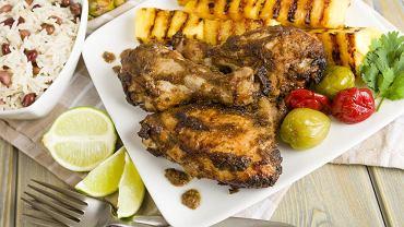 Karaiby to także niepowtarzalna kuchnia. Na Jamajce koniecznie trzeba spróbować kurczaka jerk, podawanego z grillowanym ananasem i ćwiartkami świeżej limonki