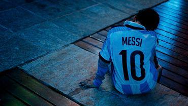 <b>Po finale mistrzostw świata Niemcy świętowali z pucharem, a Argentyńczycy przeżywali porażkę. Nie cieszył się nawet Leo Messi, który odebrał trofeum dla najlepszego piłkarza turnieju</b><br> Załamany argentyński kibic