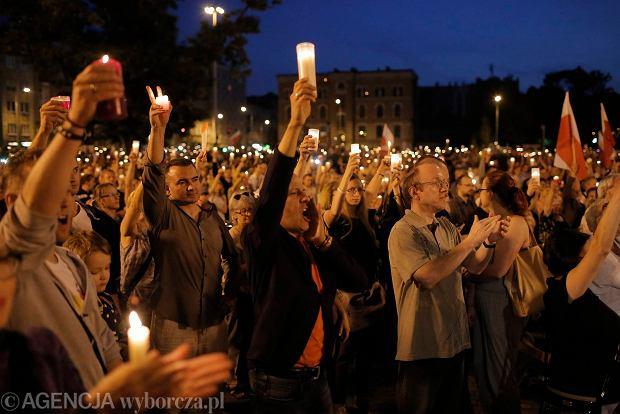 Zdjęcie numer 108 w galerii - Tłumy przed Sądem Okręgowym w Łodzi. Kolejny dzień protestów przeciwko zmianom PiS w sądownictwie [ZDJĘCIA]
