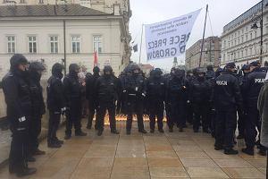 Policja pilnuje krzyża na Krakowskim Przedmieściu. Otoczyli go kordonem [ZDJĘCIA]