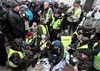 80. miesięcznica smoleńska. Policja spycha Obywateli RP pikietujących przed Pałacem Prezydenckim