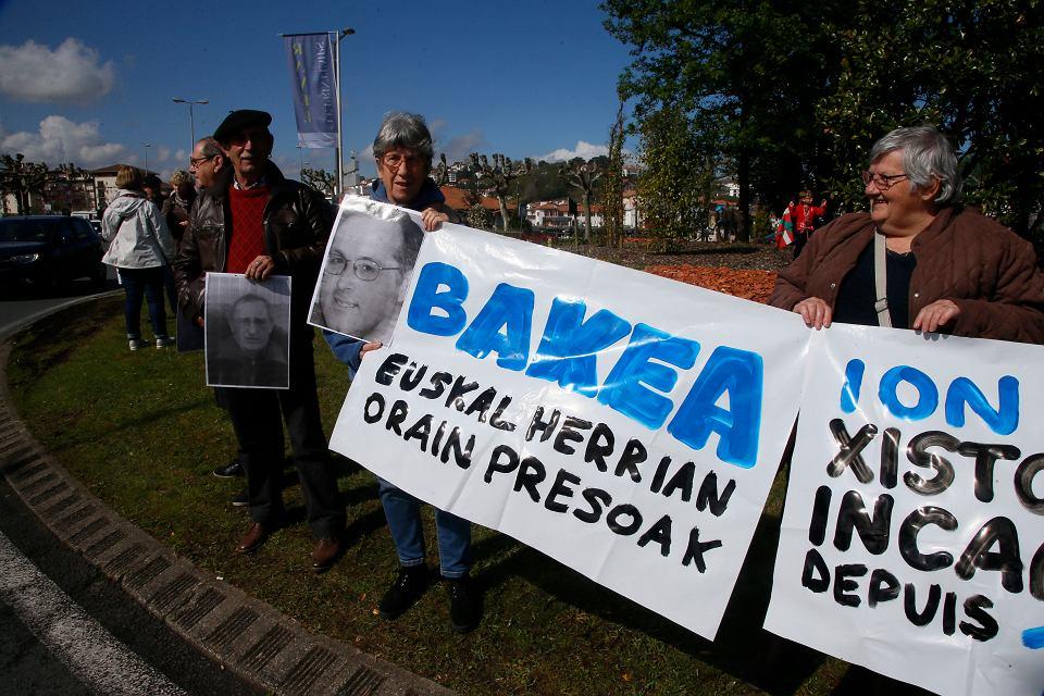 Francuscy Baskowie demonstrują w obronie dwóch przywódców ETA - Jakesa Esnala (na zdjęciu trzymanym przez demonstranta z lewej) i Jona Kepa Parota - odsiadujących karę dożywocia. Saint-Jean-de-Luz w południowo-zachodniej Francji, 14 kwietnia 2018 r.