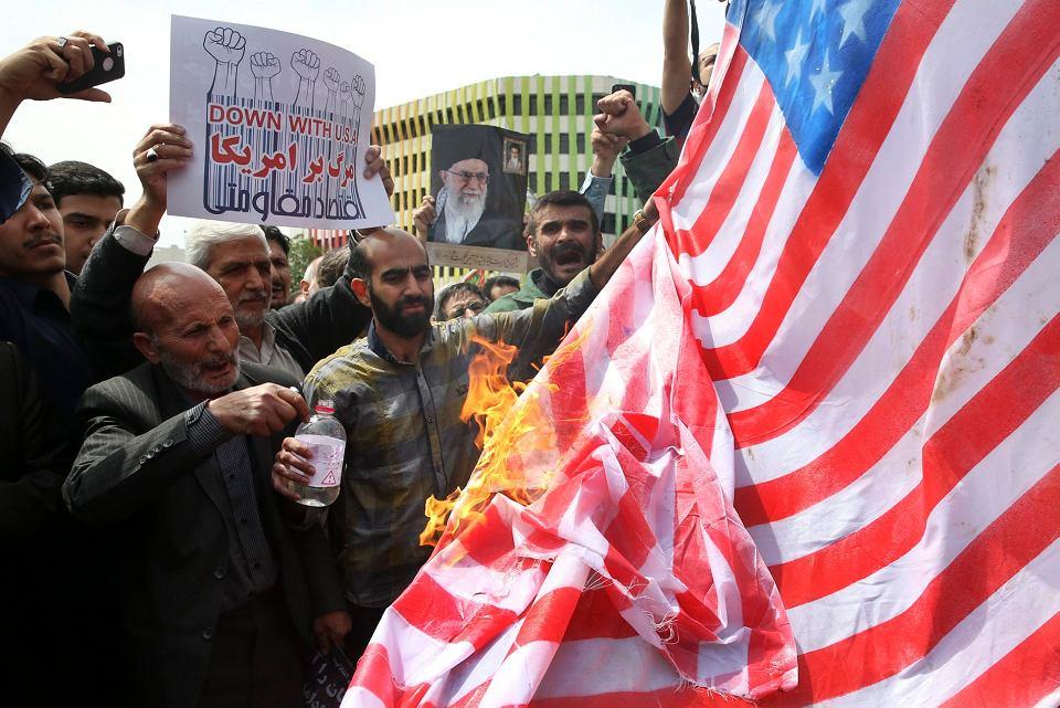 Antyamerykańskie protesty w Teheranie, płonie flaga USA. 11 maja 2018 r.